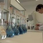 Una treballadora en un laboratori de la nova planta de Mesoestetic a Viladecans