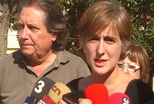 Dolors Camats i Jaume Bosch atenent els mitjans de comunicació