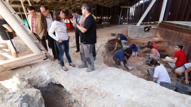 L'Alcaldessa de Gavà, Raquel Sánche,  durant la seva visita a les excavacions. Font: Ajuntament Gavà