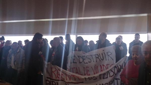 Imatge de les persones manifestants, a l'interior de l'Hospital de Viladecans