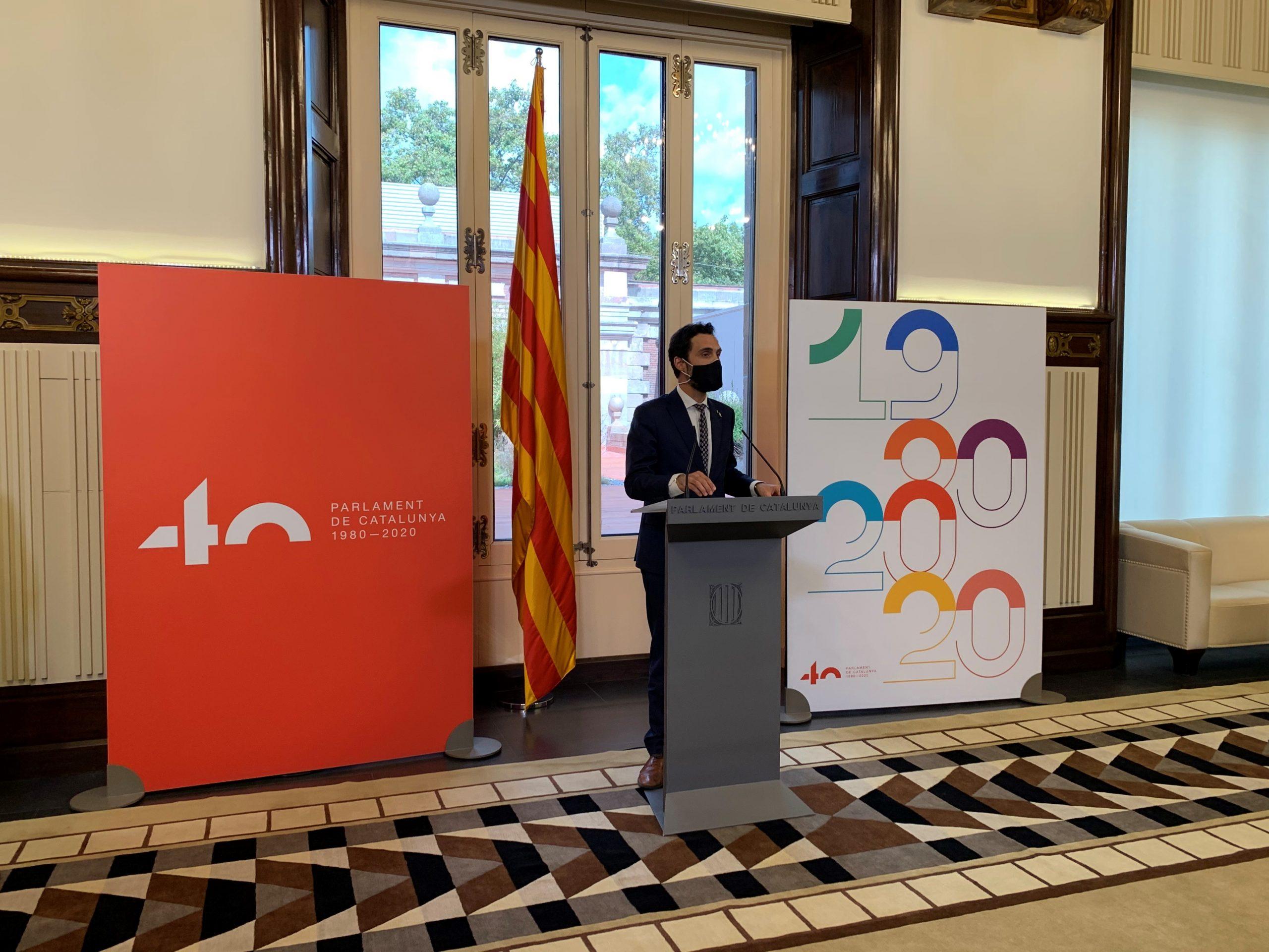 El president Torrent en l'acte de presentació del logotip i el cartell commemoratiu del 40è aniversari del Parlament