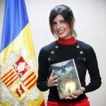 La escritora Selena Soro posando con su primera novela, 'Misteris de la Boria'.